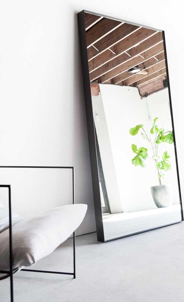 Um espelho moderno e minimalista, via de regra, apresenta moldura fina, simples e em cores neutras