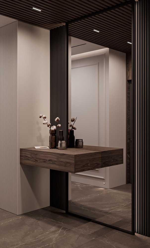 Composição elegante e sofisticada entre a madeira e o espelho grande de parede