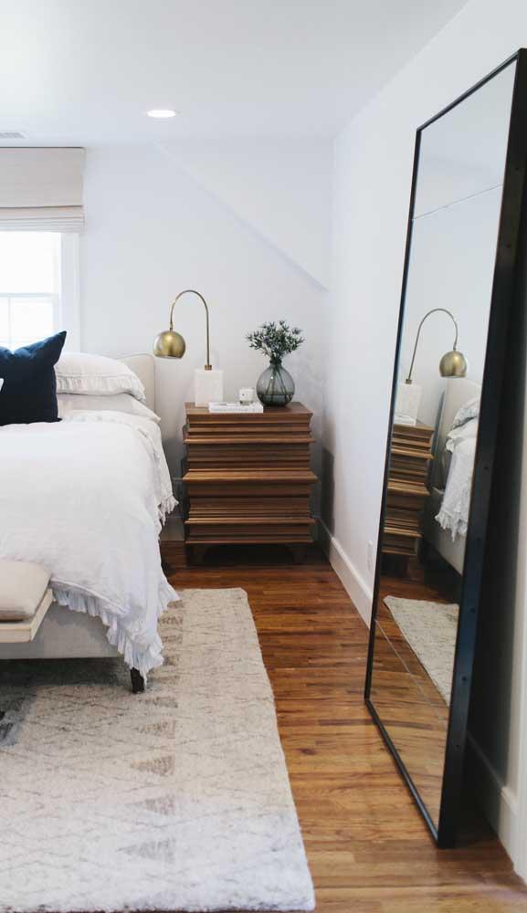Espelho grande com moldura preta para o quarto do casal