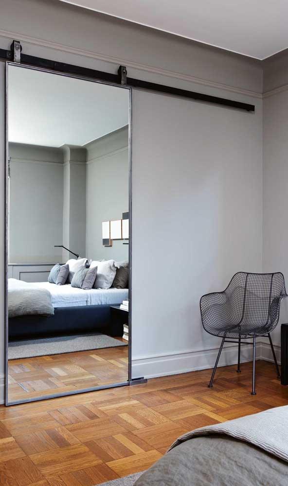Porta espelhada de acesso ao closet: opção diferenciada de uso do espelho