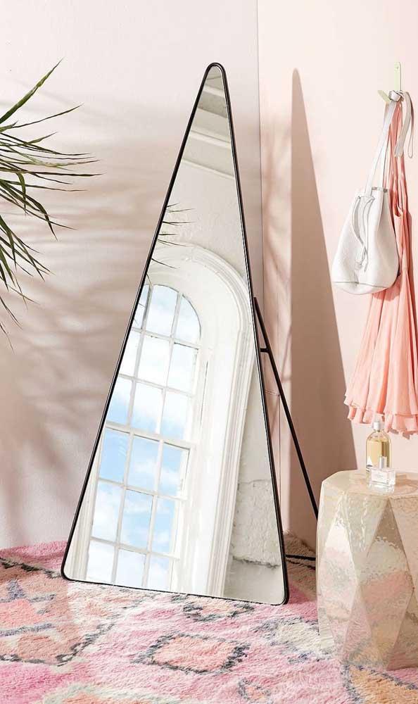 Espelho grande em formato triangular para o quarto de decor delicada