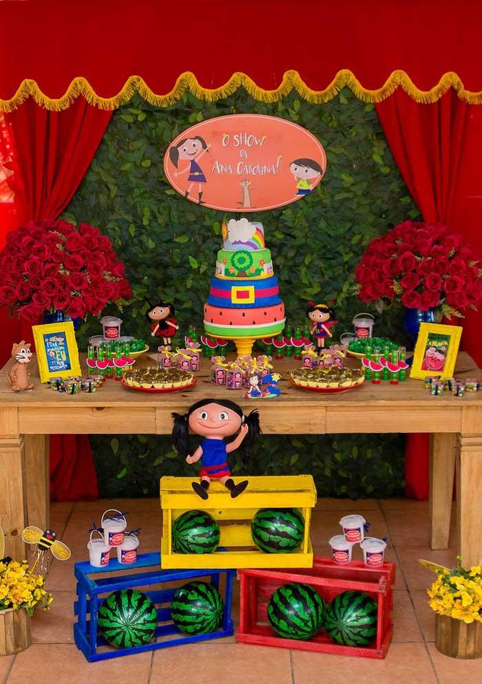 Na decoração Show da Luna capriche no bolo que fica na mesa central da festa.