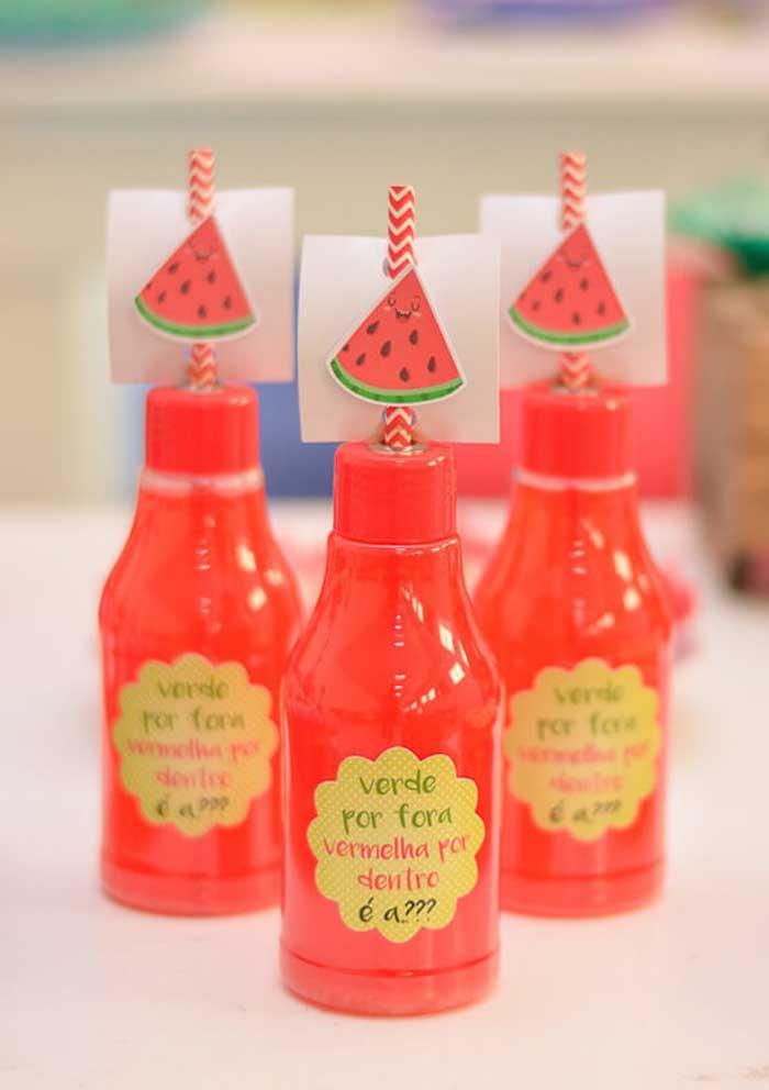 Até as garrafinhas de bebidas podem ser decoradas de acordo com o tema.