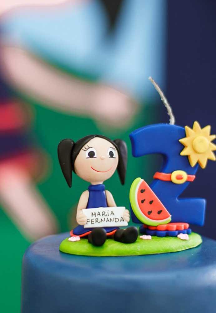 O que acha de colocar no topo de bolo Show da Luna uma bonequinha de biscuit com a carinha da aniversariante?