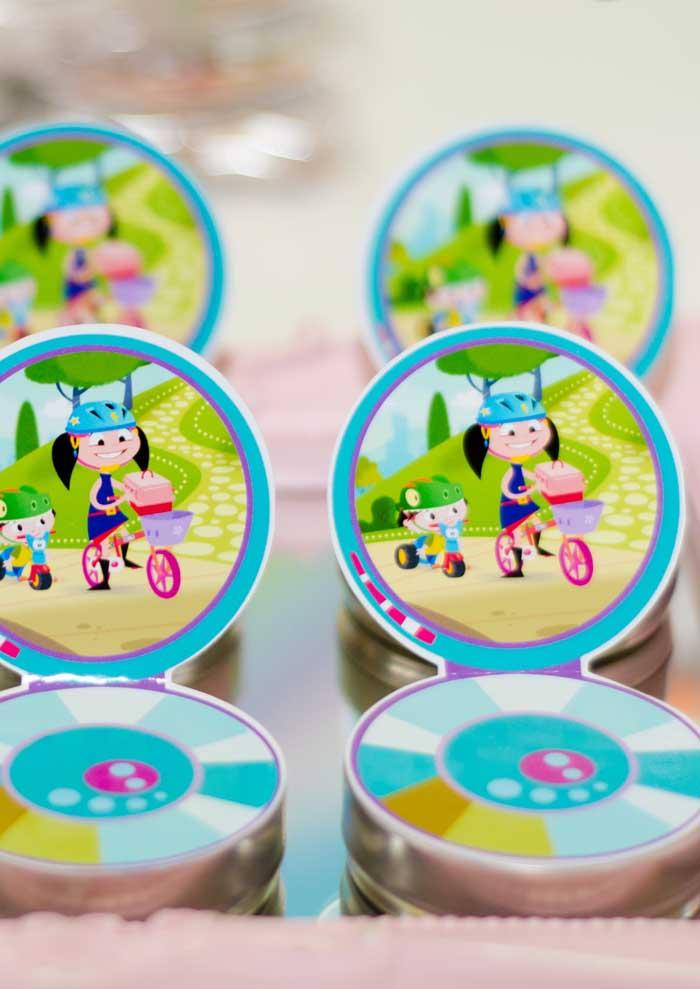 Cole adesivos personalizados na latinha de guloseimas da festa Show da Luna.