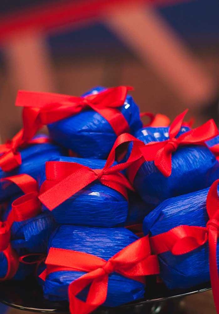 Você pode embalar as guloseimas da festa Show da Luna apenas com papel crepom e fita.
