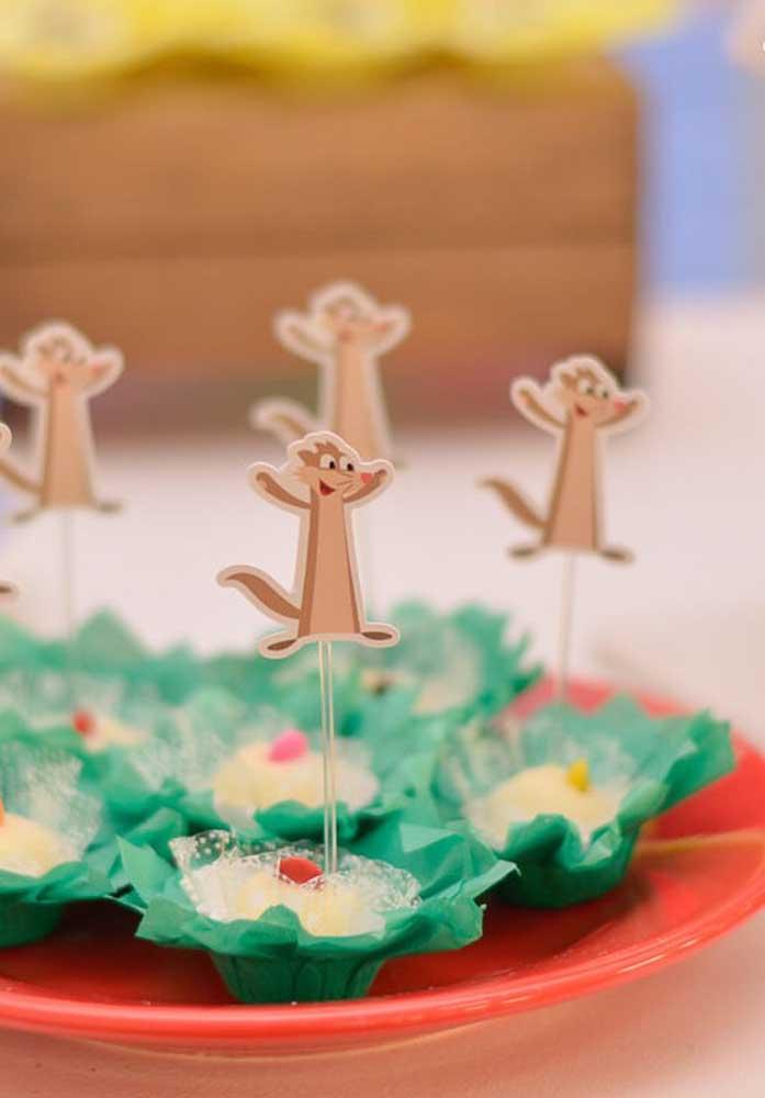 O ideal é identificar todos os docinhos com plaquinhas relacionadas com o tema da festa.