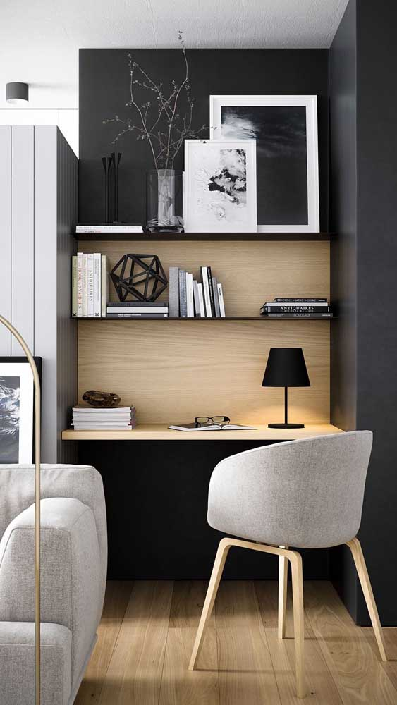 Escrivaninha suspensa e simples colocada no cantinho da sala de estar