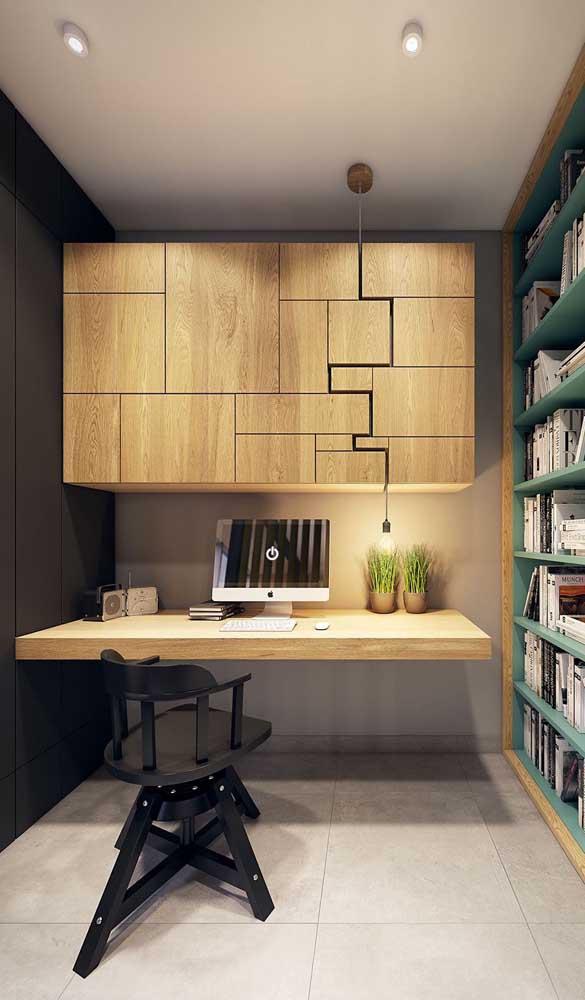 Escrivaninha suspensa de madeira seguindo o mesmo estilo do armário aéreo