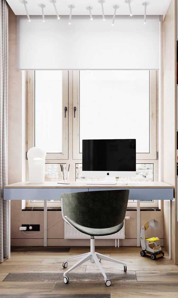 Perto da janela, essa escrivaninha suspensa recebe toda a luz natural que entra no quarto