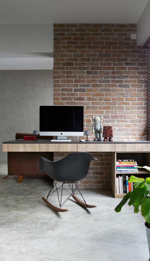 Linda combinação para você se inspirar: escrivaninha suspensa frente ao papel de parede de tijolinhos
