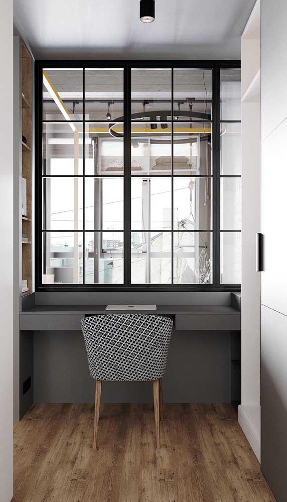 Escrivaninha suspensa feita sob medida para se encaixar no vão do quarto