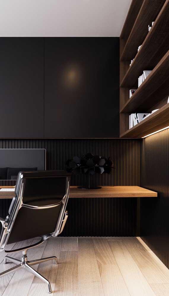 A escrivaninha suspensa ganhou sofisticação e elegância com o painel preto