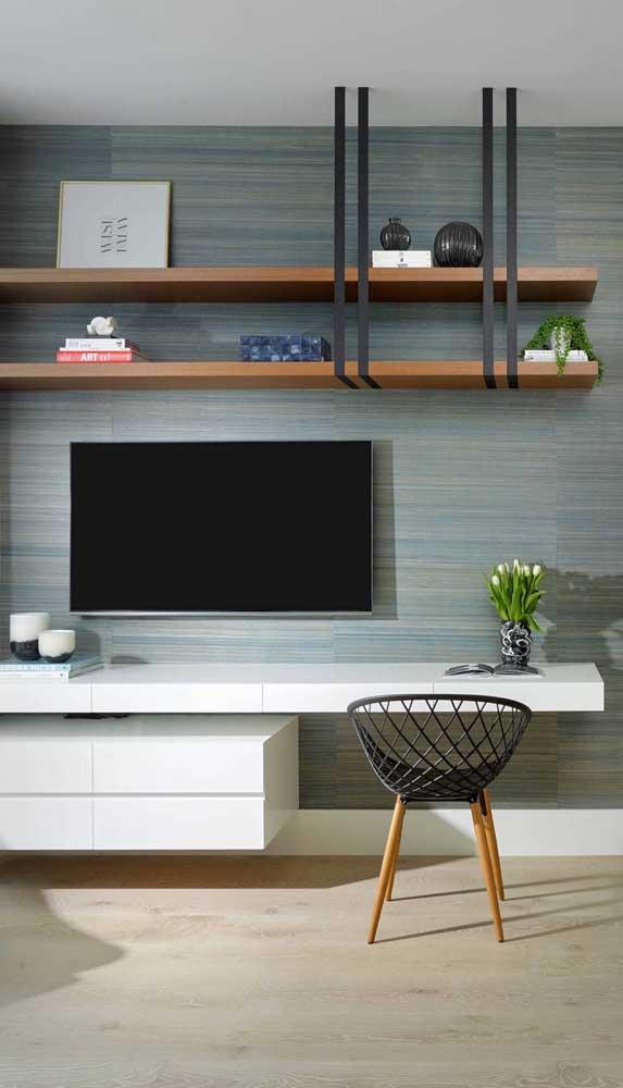 Uma escrivaninha suspensa que bem poderia funcionar como rack na sala de estar