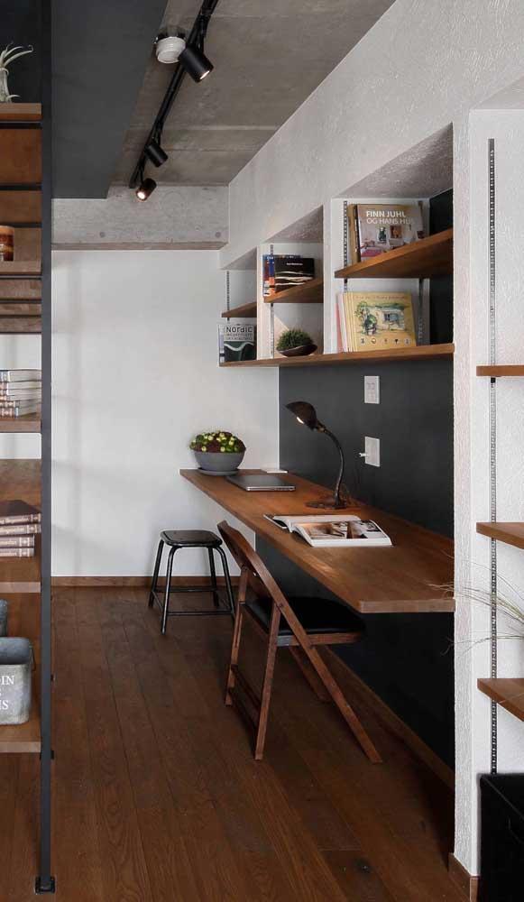 Com uma simples tábua de madeira já é possível fazer uma escrivaninha suspensa