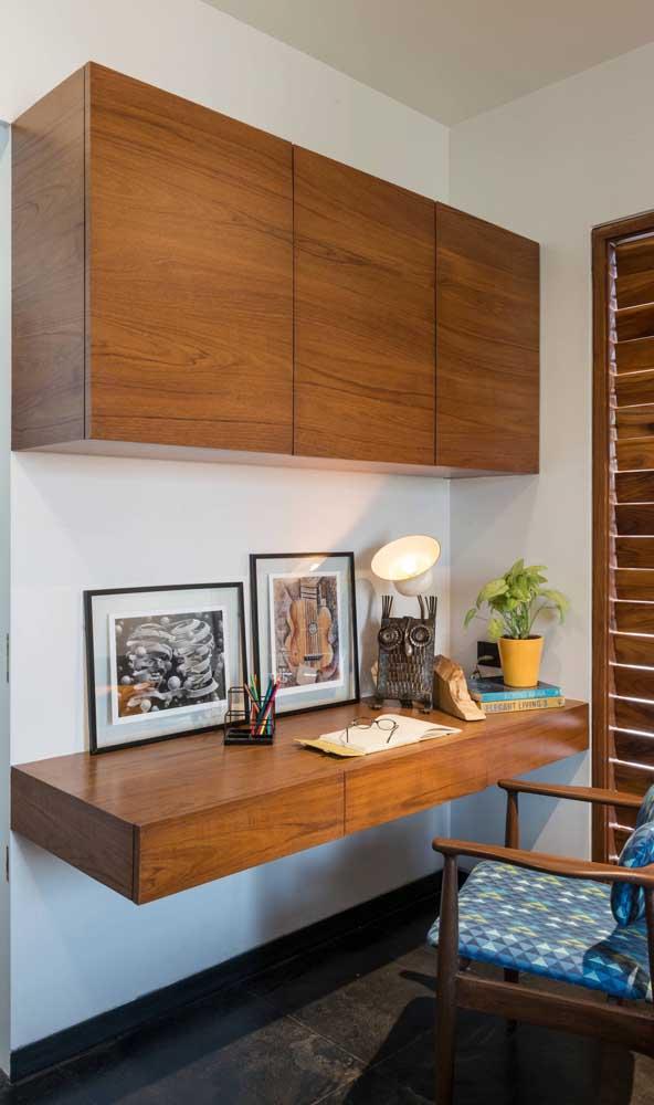 Escrivaninha suspensa seguindo o mesmo padrão estético do armário