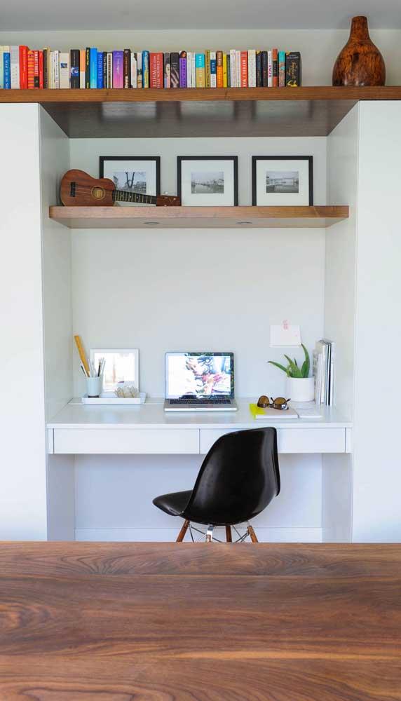 Complete a área da escrivaninha suspensa com prateleiras