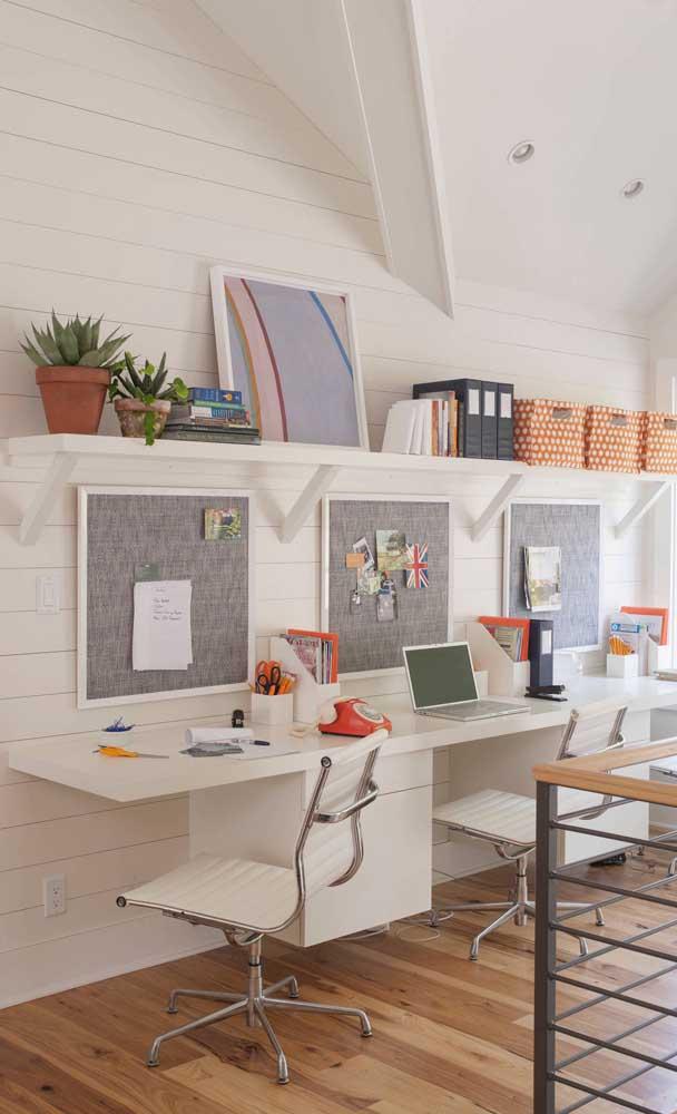 Mais um escritório decorado com escrivaninha suspensa: conforto e praticidade no dia a dia de trabalho