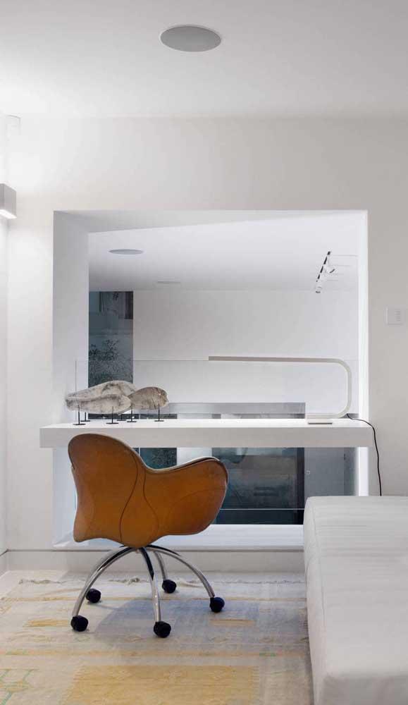 Moderna e elegante, essa escrivaninha suspensa branca ficou ainda mais bonita com a cadeira cor caramelo