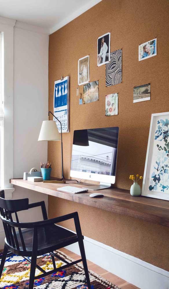 Nesse quarto, a escrivaninha suspensa foi fixada na parede revestida com cortiça