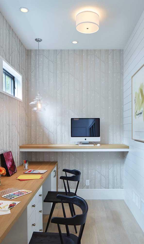 Para quem prefere trabalhar em pé, um modelo de escrivaninha suspensa mais alta que o normal