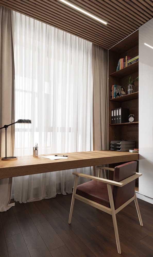 Escrivaninha suspensa para o quarto ocupando toda a área da parede junto à janela