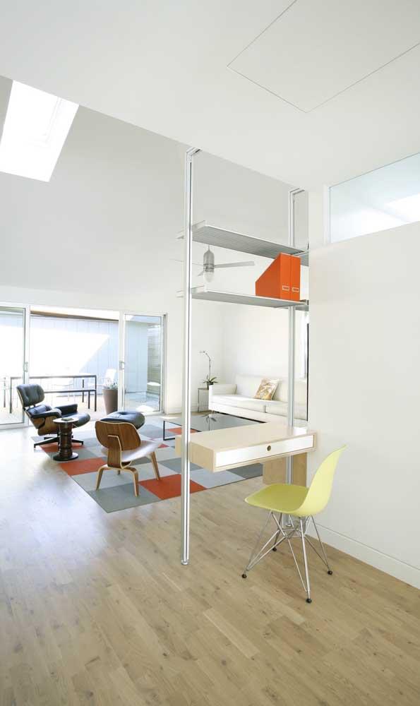 Entre os ambientes, uma escrivaninha suspensa que também funciona como divisória