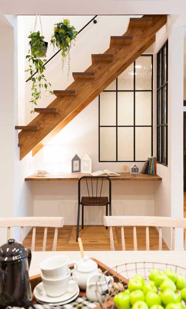 Aproveite o espaço vazio embaixo da escada para colocar a escrivaninha suspensa