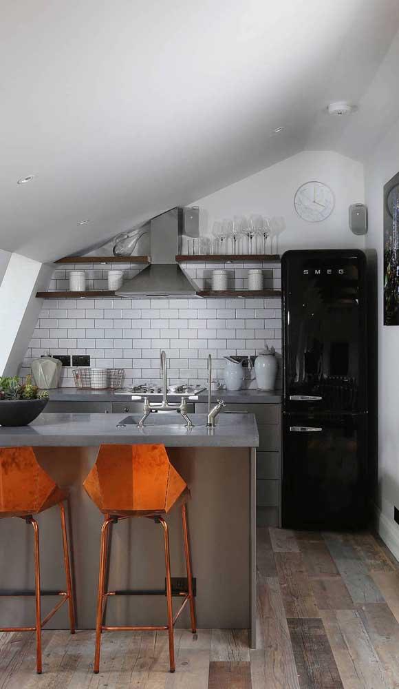Geladeira retrô preta da marca Smeg. Repare na modernidade da cozinha contrastada com o charme da geladeira anos 50