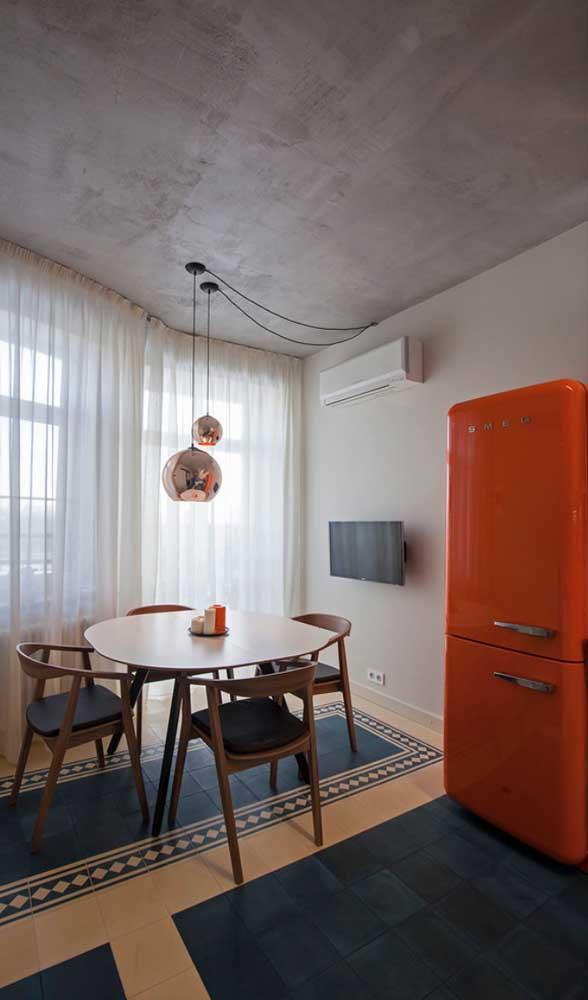 Só dá ela por aqui: a irreverente geladeira retrô laranja