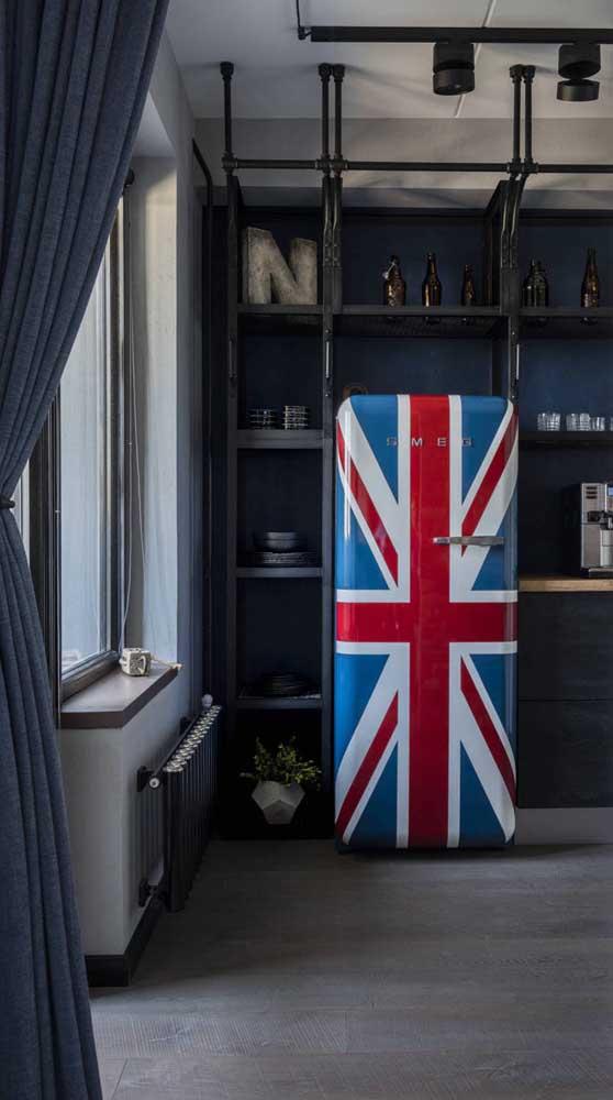 Que tal um modelo de geladeira retrô adesivada com a bandeira britânica?