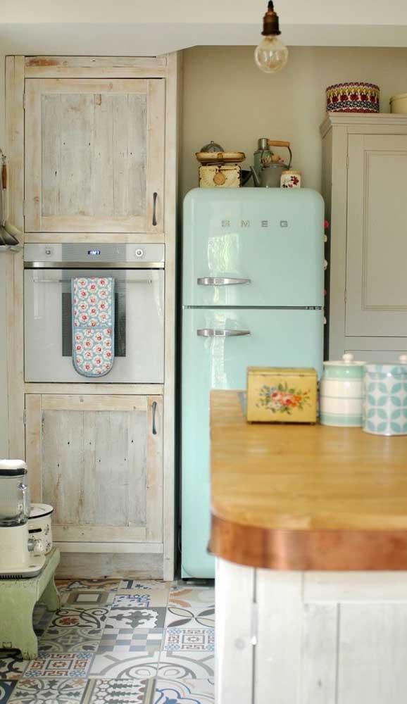 Cozinha de estilo provençal com geladeira retrô azul