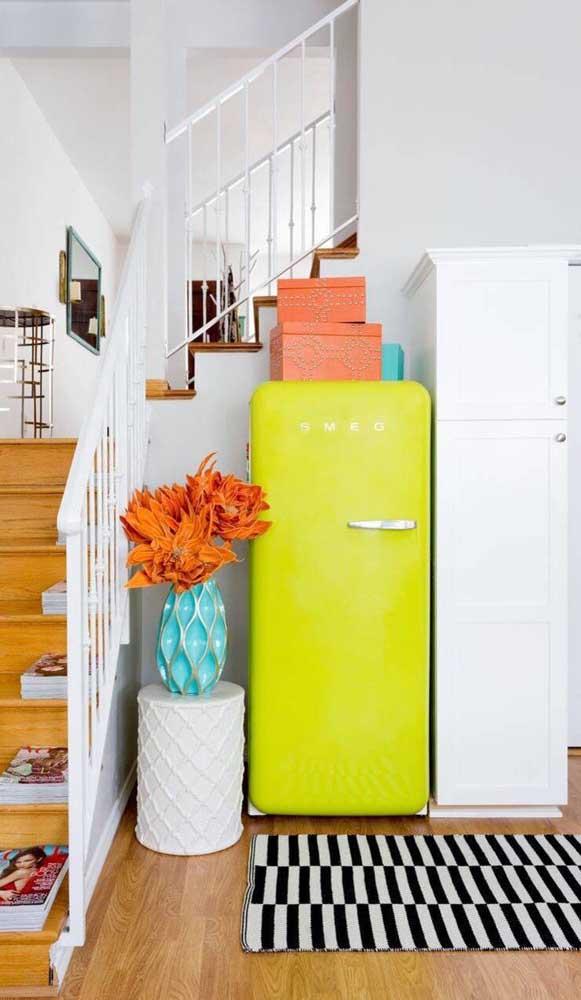 Já essa geladeira retrô verde limão foi colocada em lugar de destaque na casa