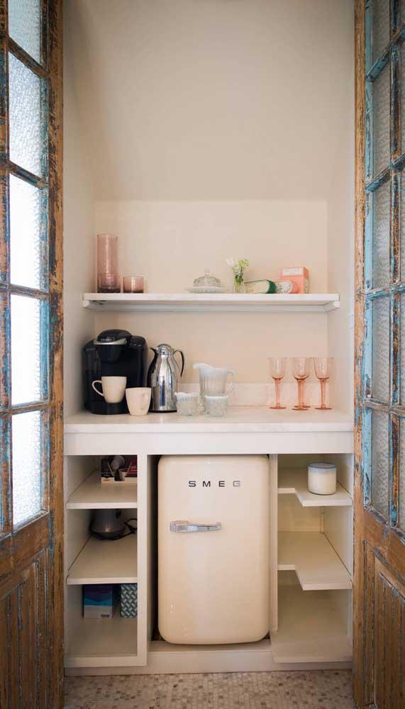 Aqui, o cantinho do café foi valorizado com a presença da mini geladeira retrô branca