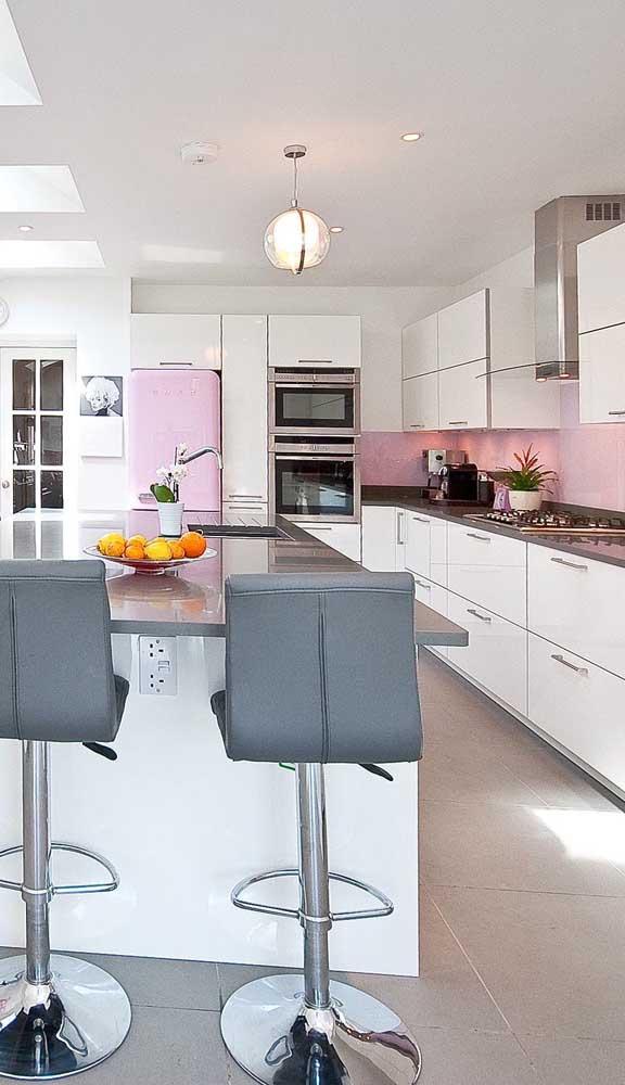 Um mimo essa geladeira retrô cor de rosa! A base branca da decoração garantiu ainda mais destaque para ela