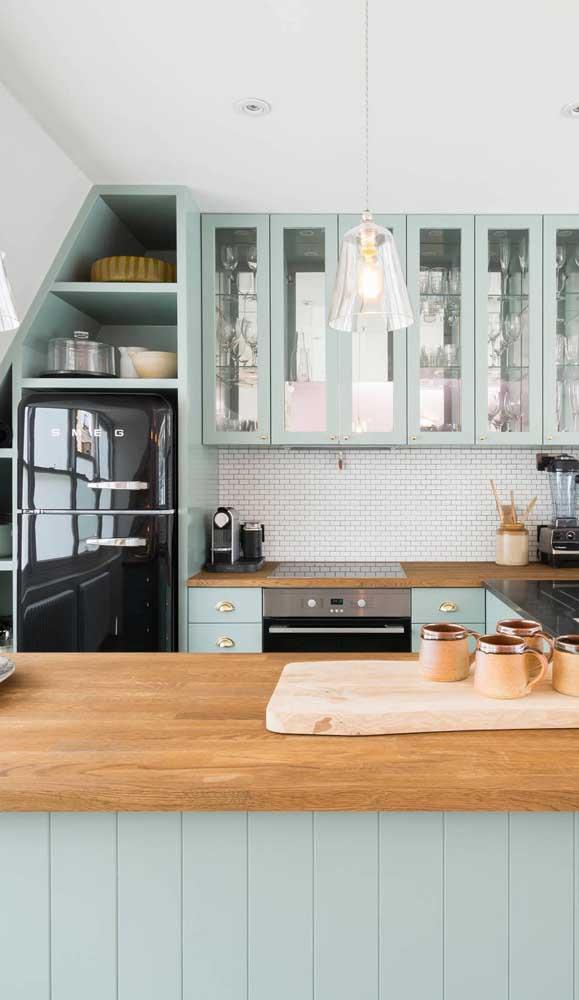 De volta ao passado: nessa cozinha tudo tem inspiração retrô desde os móveis até a geladeira