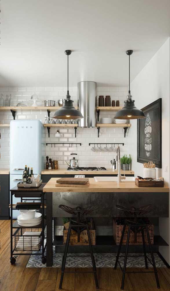 Geladeira retrô azul claro para essa cozinha moderna e de muita personalidade