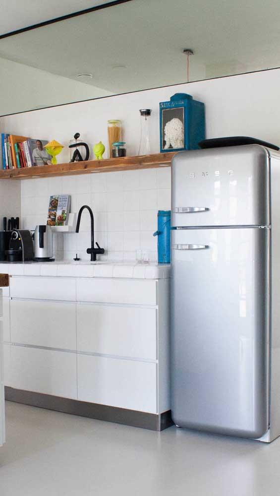 Geladeira retrô prata para a cozinha branca e azul