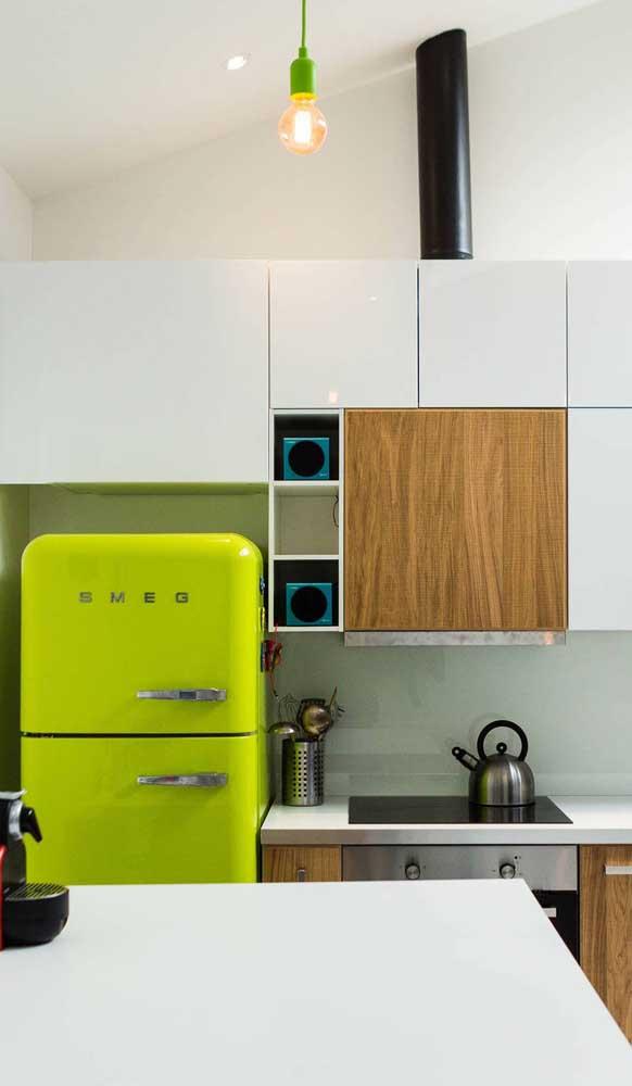 Repare no contraste entre a geladeira retrô verde e os demais eletros super modernos e arrojados
