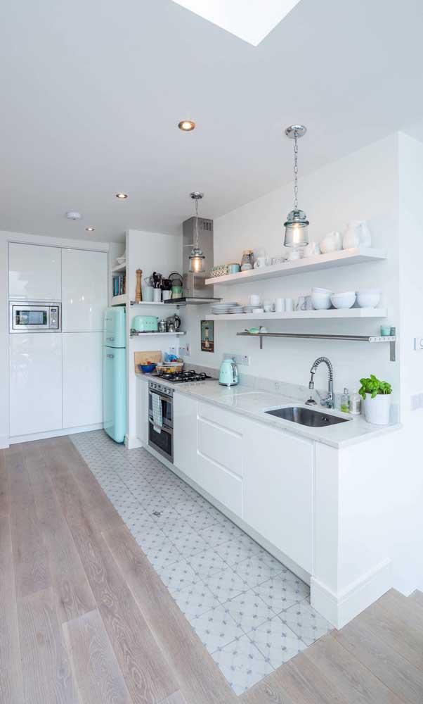 Não é só de geladeira retrô que vive essa cozinha, tem também torradeira e chaleira no mesmo estilo