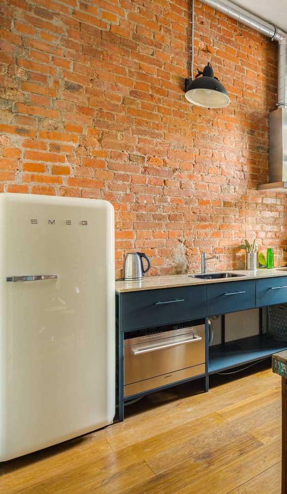 A modernidade despojada dos tijolinhos aparentes em harmonia perfeita com a geladeira retrô