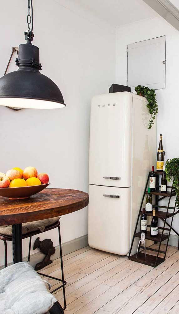 Combine a geladeira retrô com outros objetos de época, como uma luminária, por exemplo