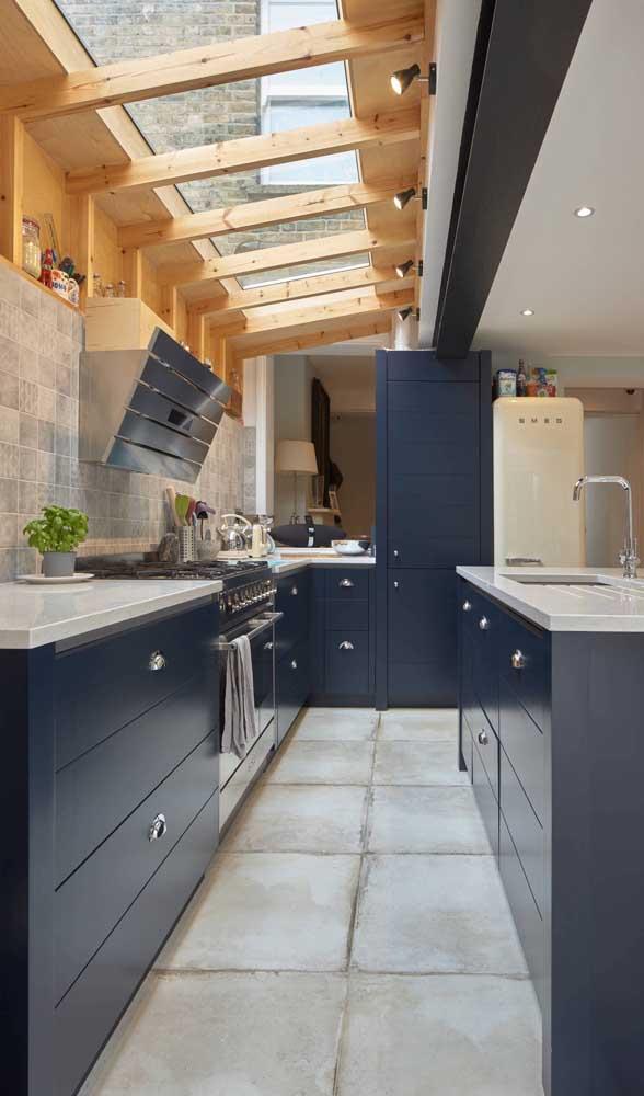 Linda inspiração de cozinha azul com geladeira retrô branca