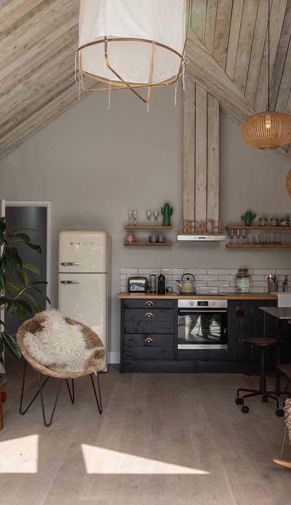Cozinha de estilo rústico com geladeira retrô