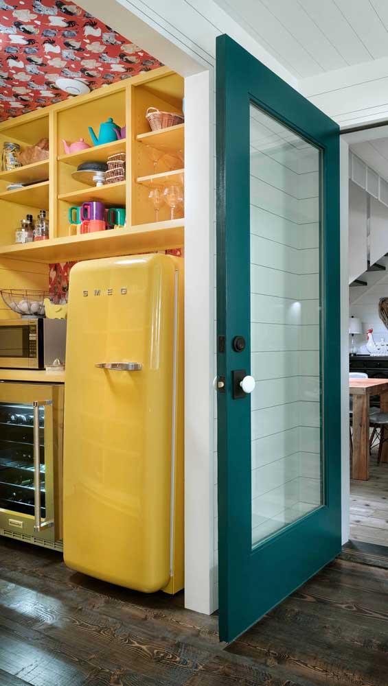 Geladeira retrô e armários na mesma cor