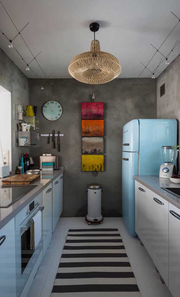 A modernidade do cimento queimado em contraponto com a geladeira retrô azul