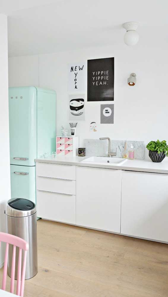 Uma graça essa cozinha candy color com a geladeira em tom de verde pastel