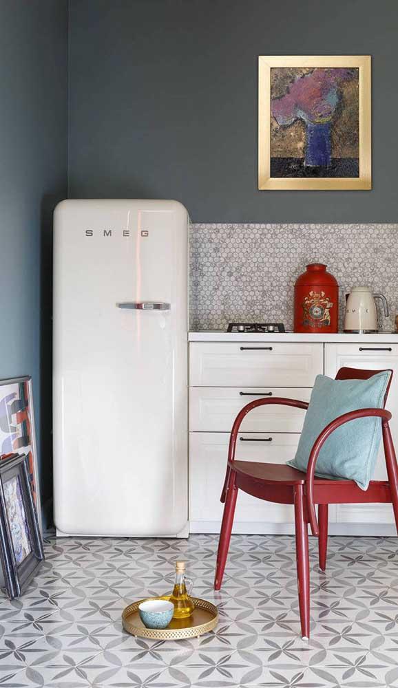 A parede de tom escuro ressaltou a geladeira retrô branca
