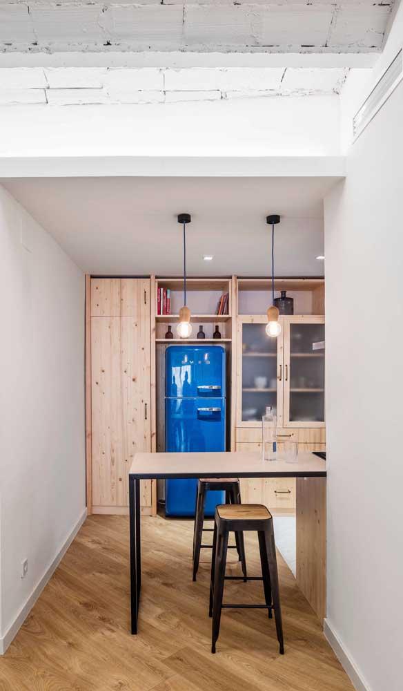 Um arraso essa geladeira retrô azul em meio aos armários de pinus