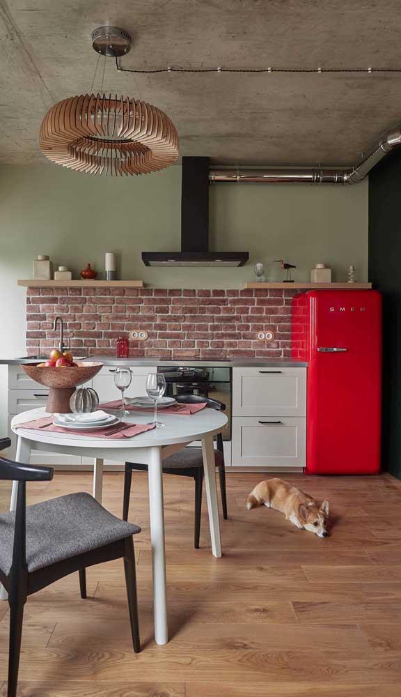 O ponto focal dessa cozinha é a geladeira retrô vermelha! Impossível não olhar para ela!